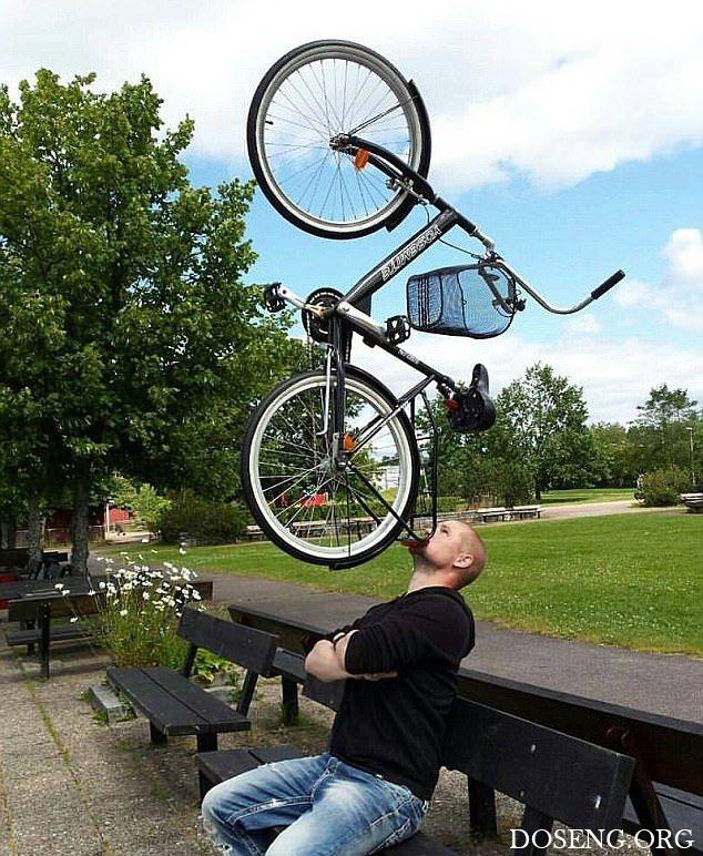Ловкач умудряется удерживать на подбородке бензопилу, велосипед и диван