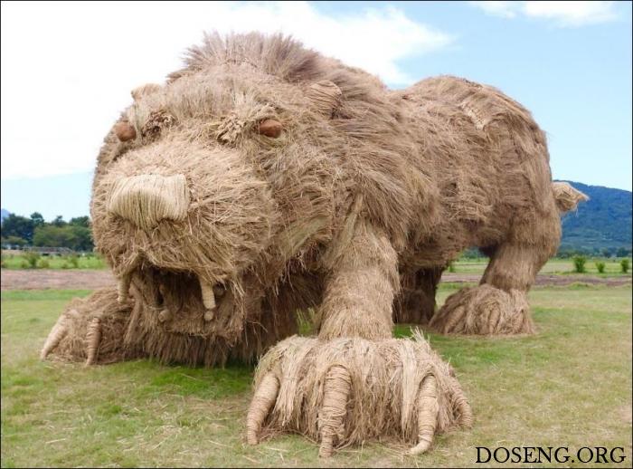 Соломенные скульптуры животных на полях в Японии