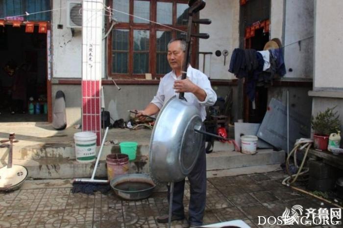 Китайский фермер собрал оркестр, играющий на тазиках