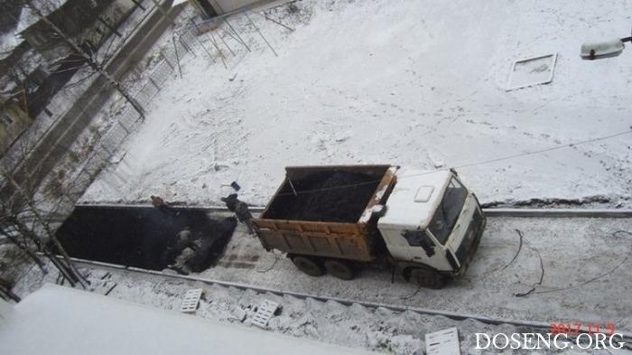В Слободском Кировской области новый асфальт положили прямо на снег