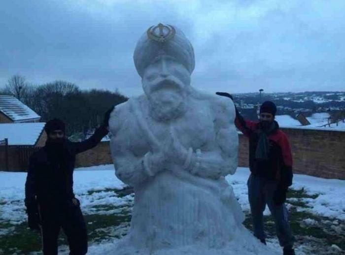 Когда к лепке снеговиков подходят с юмором и фантазией