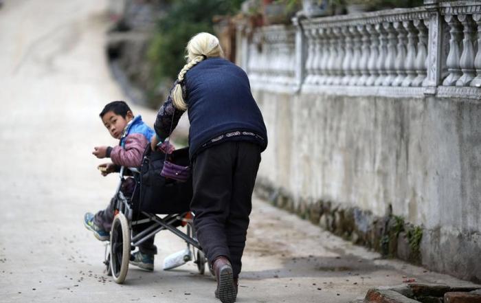 76-летняя бабушка ежедневно проходит 24 километра, чтобы отвезти внука-инвалида в школу