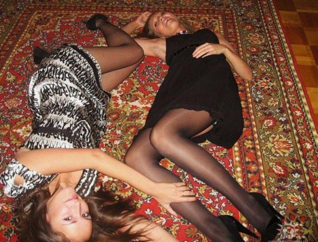 Девушки с коврами