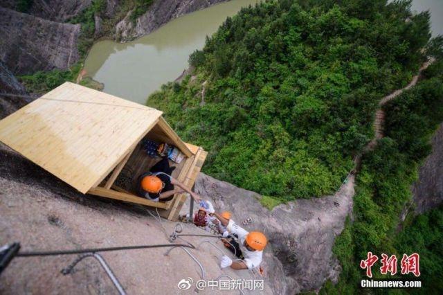 В Китае открыли ларек на скале