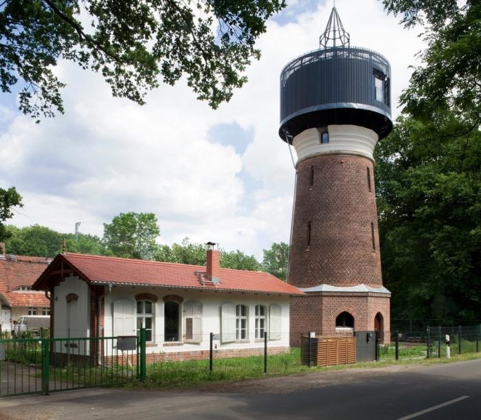 Семейная пара архитекторов превратила старую водонапорную башню в жилище