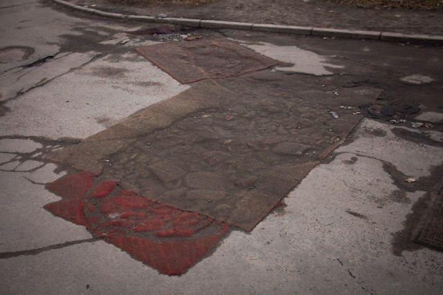 В Петрозаводске дорожные ямы спрятали под коврами
