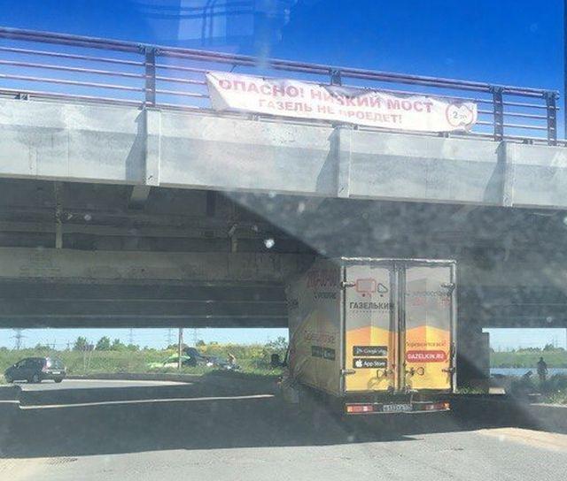 Под «мостом глупости» в Санкт-Петербурге вновь застряла «Газель»