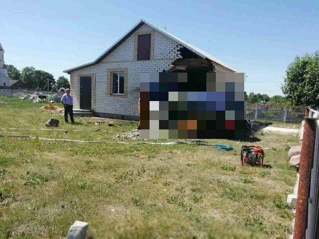 В Белоруссии возвращавшийся с рыбалки водитель въехал в дом