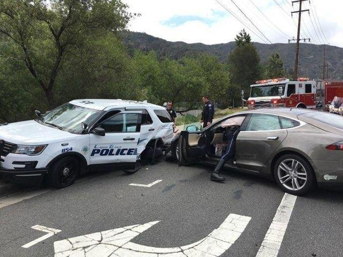 Tesla на автопилоте врезалась в полицейский автомобиль
