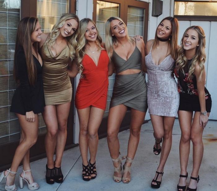 Стройные девушки в обтягивающих платьях