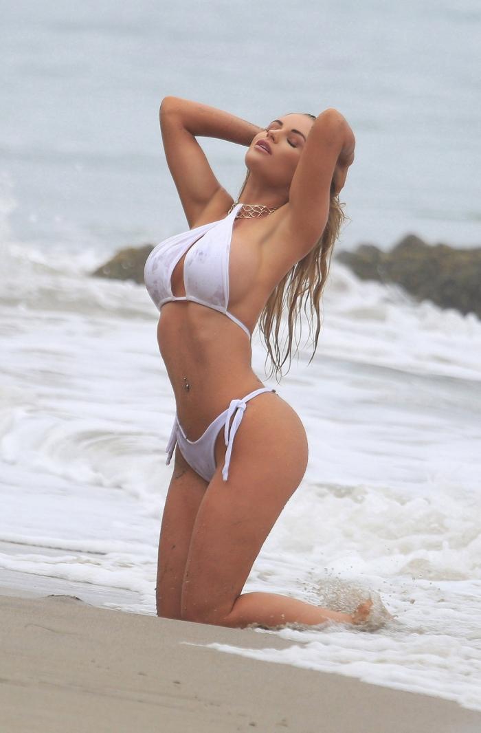 Эми Ли Саммерс едва сдерживала грудь во время фотосессии в бикини