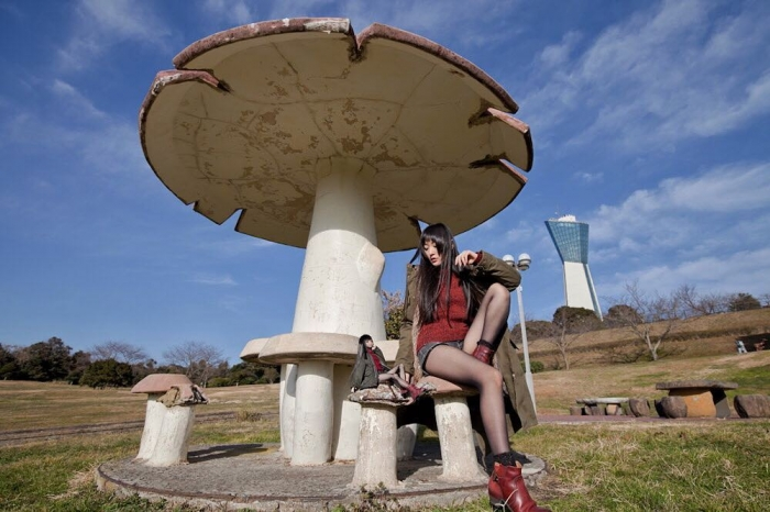 Японка делает забавные фото со своей уменьшенной копией