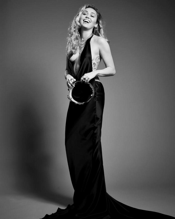 Майли Сайрус в сексуальном платье