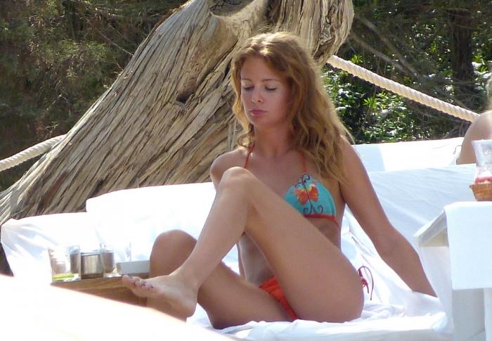 Милли Макинтош топлес на пляже