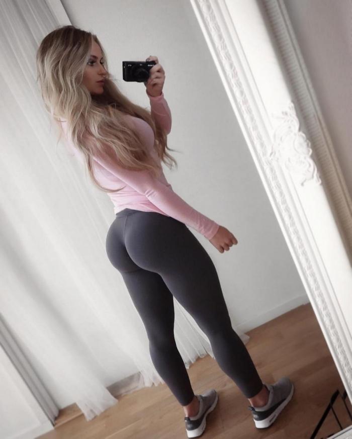 Стройные девушки в спортивных штанишках
