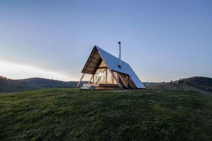 Домик-палатка на вершине холма в Австралии