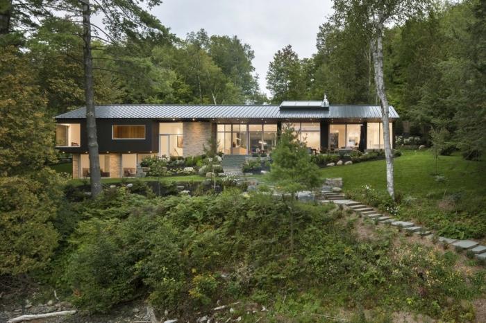 Дом возле озера в Канаде