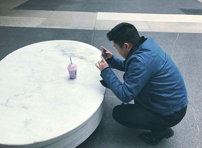 Люди, фотографирующие еду