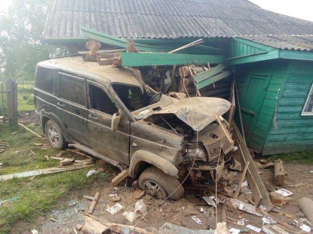 Пьяный водитель УАЗа въехал в жилой дом