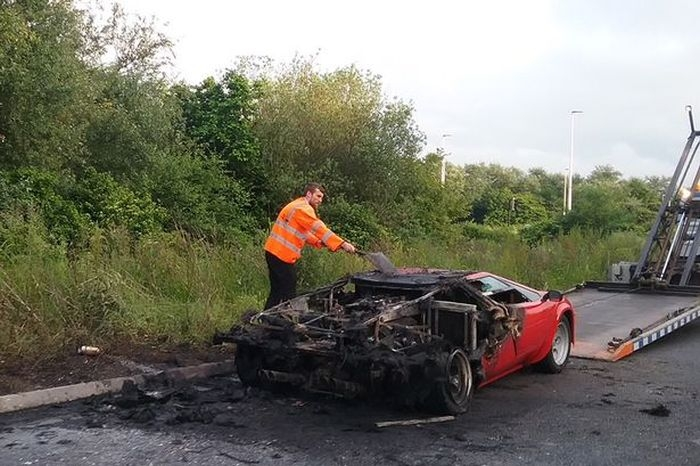 Суперкар Lamborghini Countach стоимостью более 500 000$ сгорел дотла