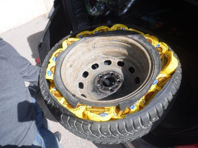 Водитель пытался провезти контрабандный сыр в колесе