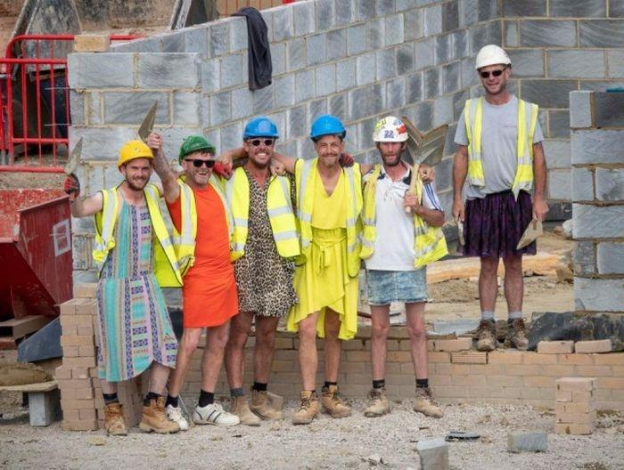 В Великобритании строители пришли на работу в платьях и юбках