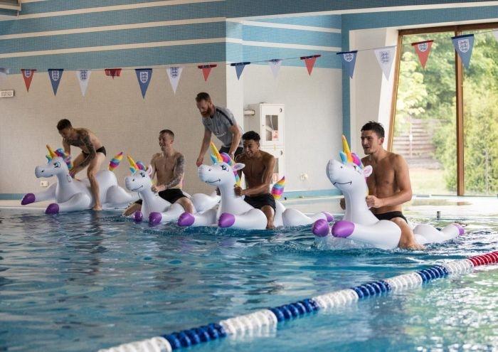 Футболисты сборной Англии устроили гонки на единорогах