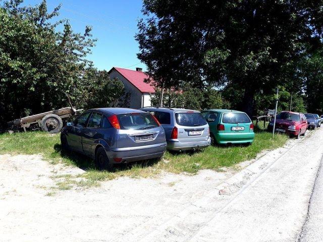 Польское село превратилось в свалку брошенных автомобилей