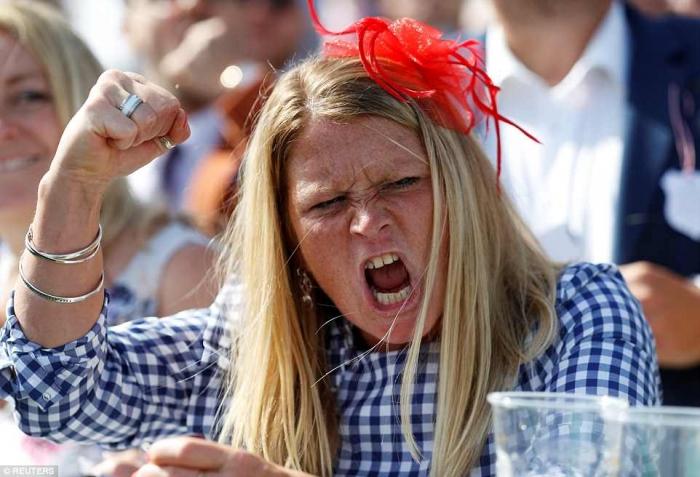 Дамы пили как лошади в день леди на скачках в Эпсоме