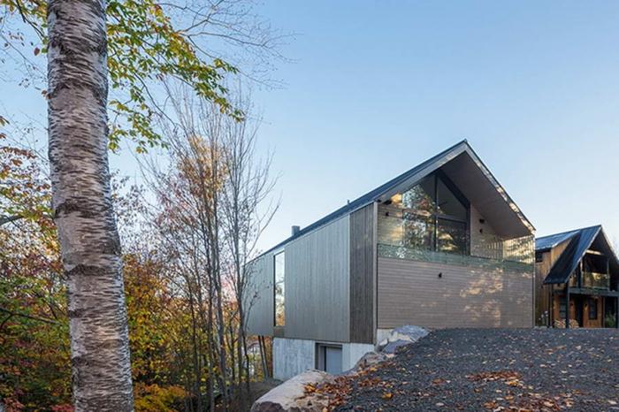 Лесной дом на вершине скалистого склона в Канаде
