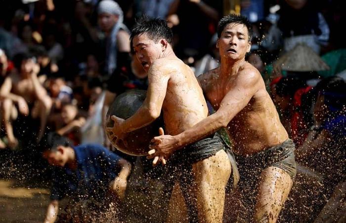 Во Вьетнаме прошел фестиваль с футболом в грязи