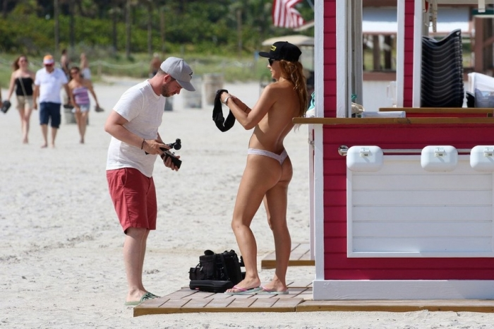 Марина Вальмонт топлес на пляже