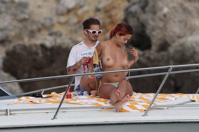 Рита Ора топлес на яхте