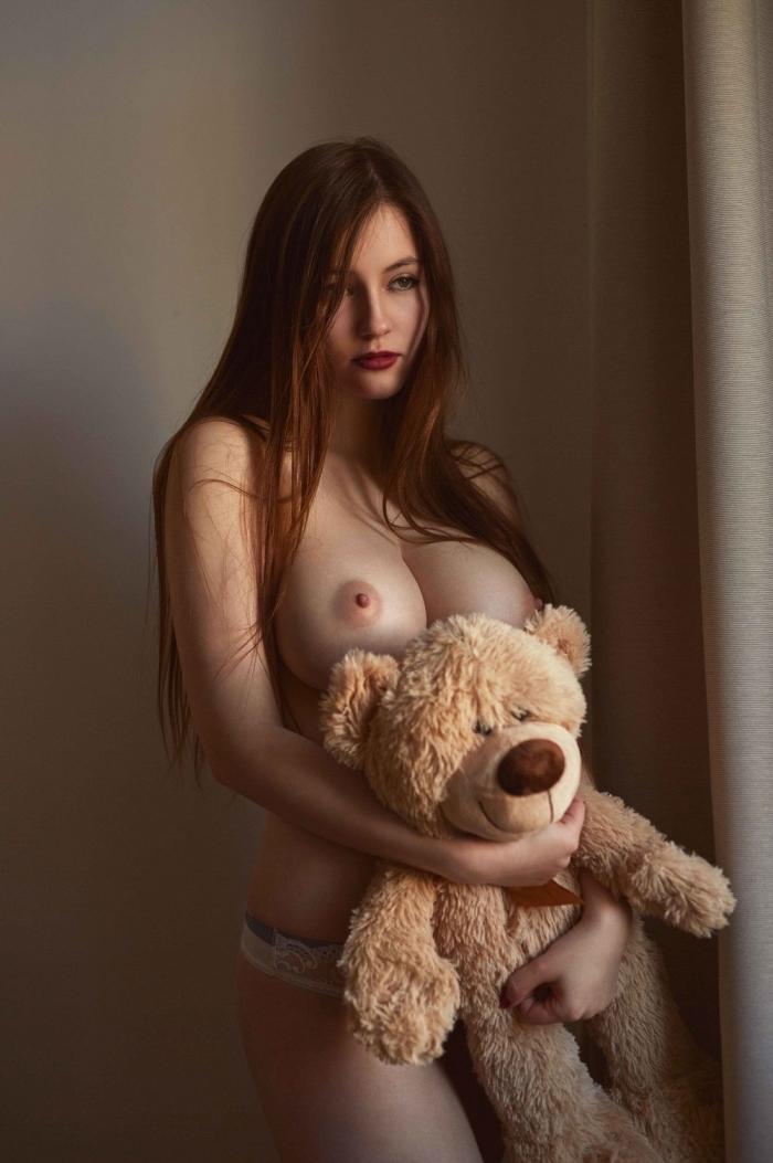 Миа Шмидт в фотосессии топлес