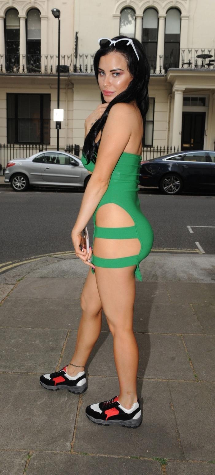 Карла Хау в сексуальном платье без белья