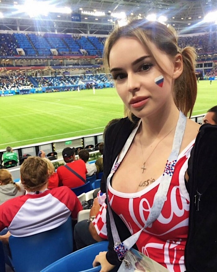 Симпатичные девушки на трибунах стадионов