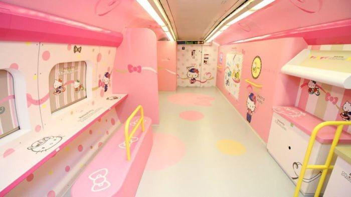 Японский скоростной поезд в стиле Hello Kitty
