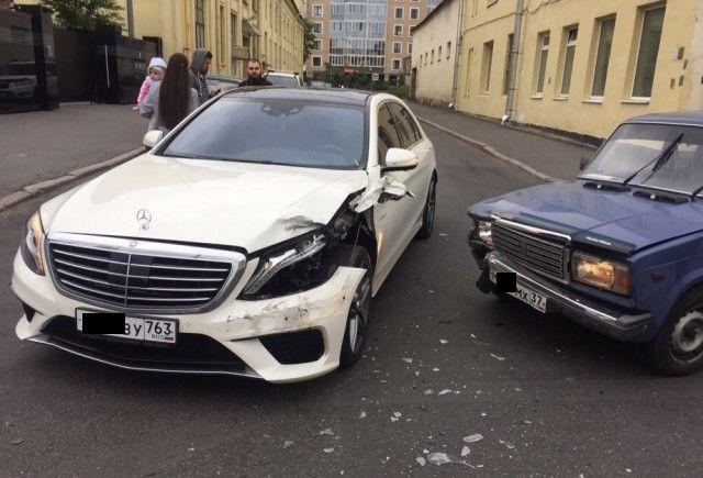 Проигнорировал помеху справа и протаранил AMG S63