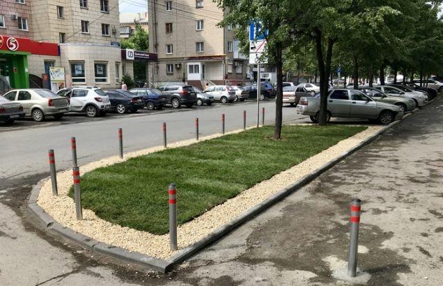 Житель Челябинска облагородил газон возле дома