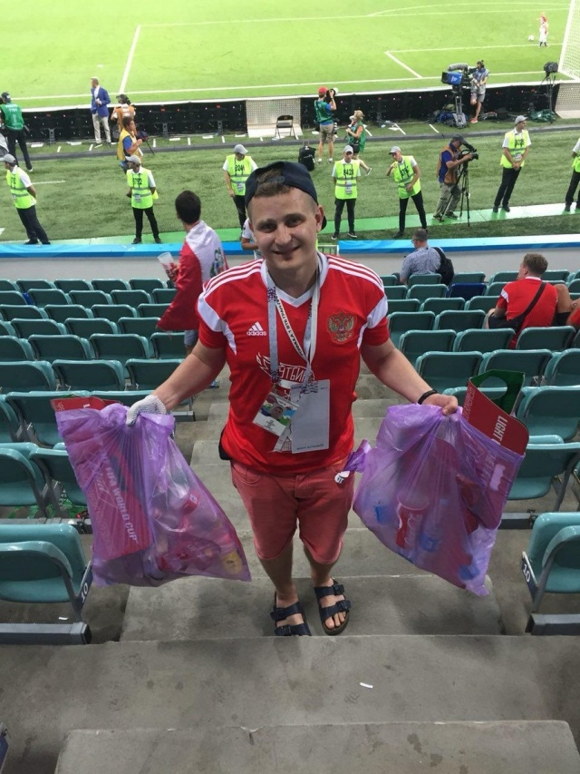Российские болельщики убрали за собой трибуны после матча