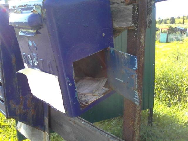 Забытый почтовый ящик с письмами внутри