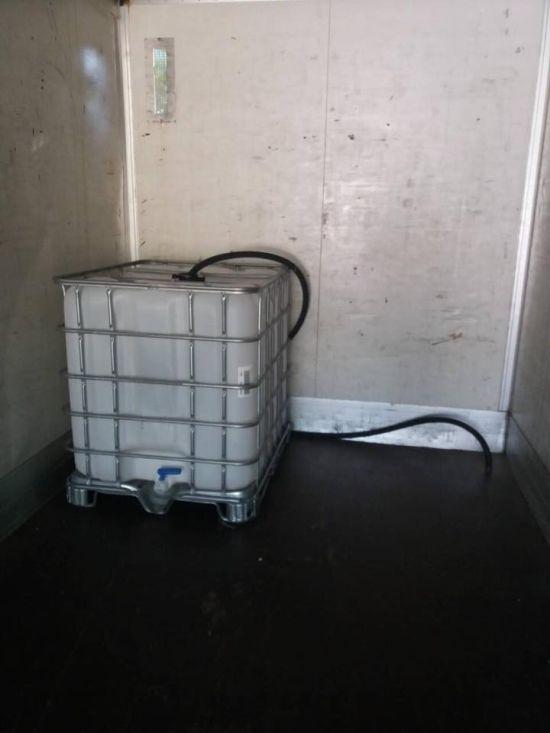 Дальнобойщики задержали вора, который хотел слить топливо с фуры