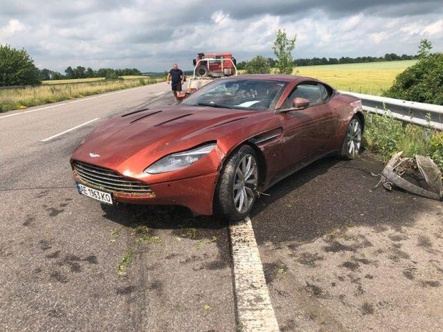 Владелец оставил на трассе Aston Martin DB11 с оригинальной запиской после аварии