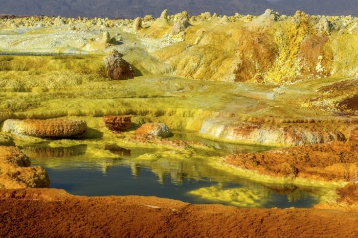 Кислотные озера в африканской пустыне