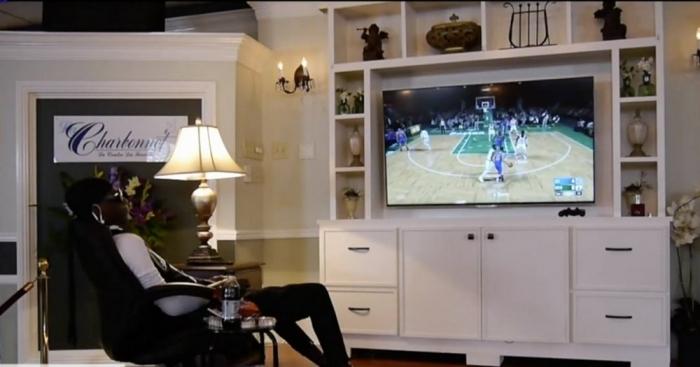 Оригинальное прощание с погибшим парнем родные усадили его перед телевизором и включили баскетбол