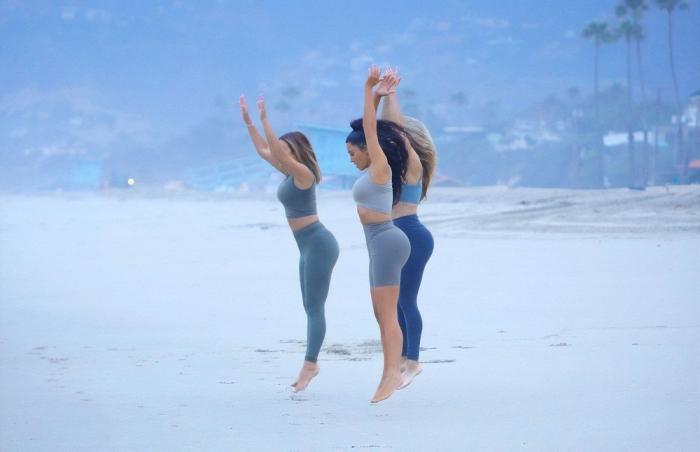 Ким Кардашян занимается йогой на пляже