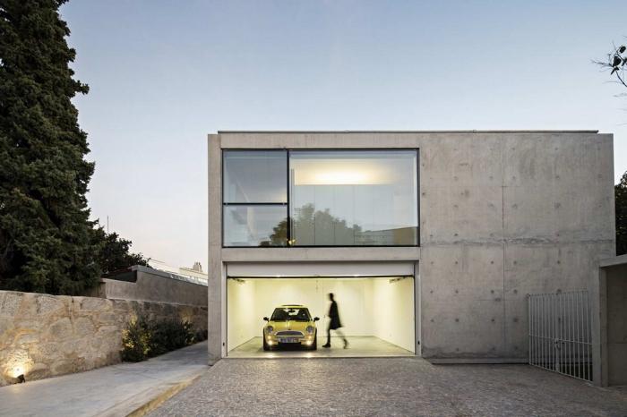 Простой дом из бетона и стекла в Португалии