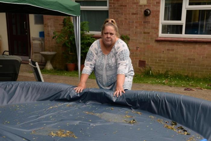 Британку заставляют убрать детский бассейн, потому что в нем может утонуть грабитель