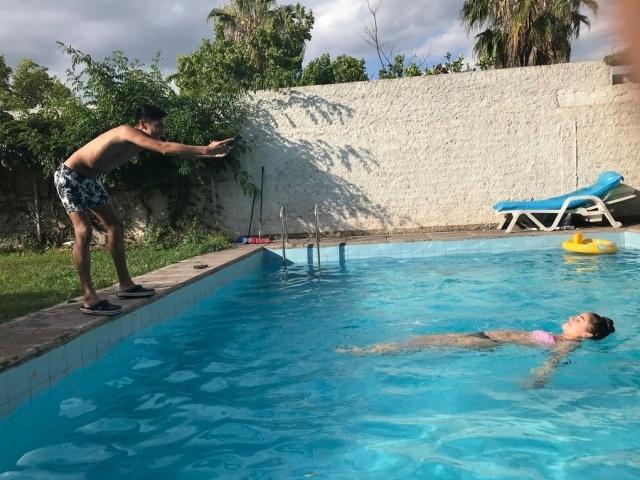 За кадром при создании гламурной фотографии в бассейне