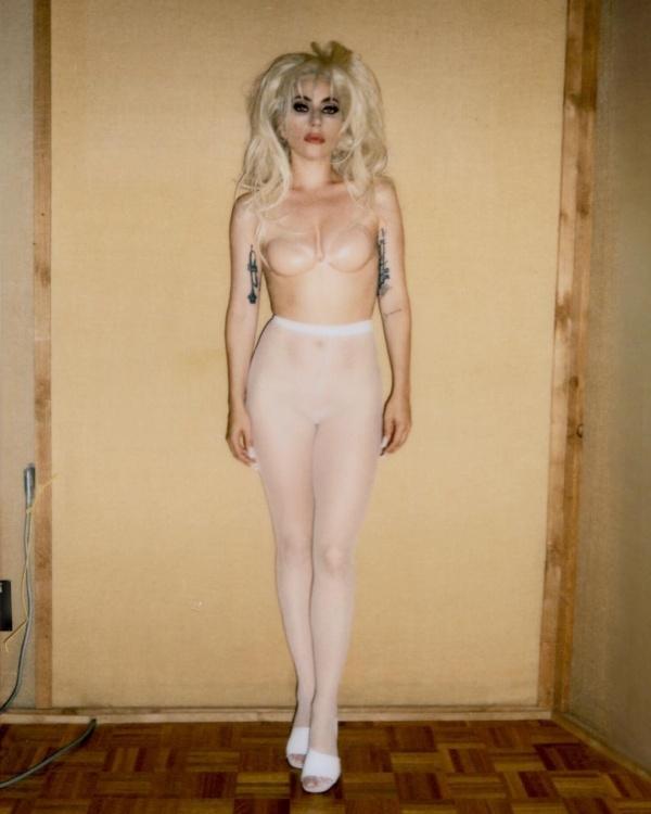 Леди Гага опубликовала в сети свои обнаженные фотографии